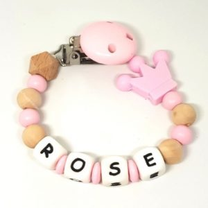 accroche tetine bois rose couronne Rose