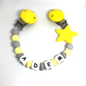 accroche doudou jaune etoile adem personnalisee