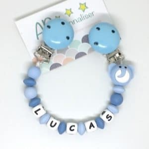 https:www.apersonnaliser.frwp contentuploads2020accroche doudou a personnaliser forme elephant bleu silicone prenom