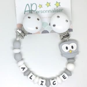 https:www.apersonnaliser.frwp contentuploads2020accroche doudou a personnaliser forme hibou gris silicone prenom