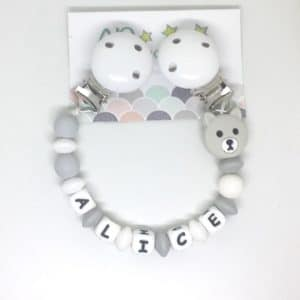 https:www.apersonnaliser.frwp contentuploads2020accroche doudou a personnaliser forme ourson gris silicone prenom