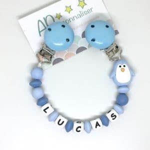 https:www.apersonnaliser.frwp contentuploads2020accroche doudou a personnaliser forme pingouin bleu silicone prenom