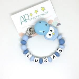 https:www.apersonnaliser.frwp contentuploads2020accroche tetine a personnaliser forme hibou bleu silicone prenom