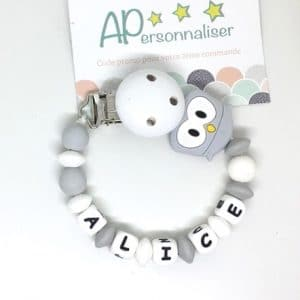 https:www.apersonnaliser.frwp contentuploads2020accroche tetine a personnaliser forme hibou gris silicone prenom