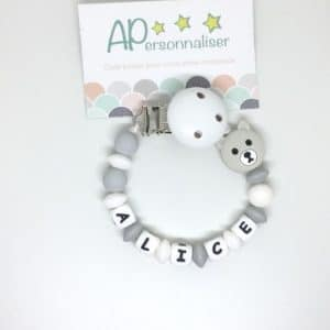 https:www.apersonnaliser.frwp contentuploads2020accroche tetine a personnaliser forme ourson blanc silicone prenom