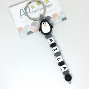 https:www.apersonnaliser.frwp contentuploads2020porte cles a personnaliser forme pingouin noir silicone prenom