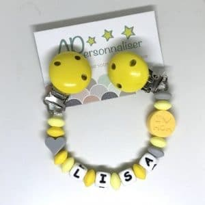 attache-doudou-gris-jaune-I-love-Mom-avec-prenom-de-bebe